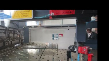 Trabalhadores na oficina de extrusão na fábrica. — Vídeo stock