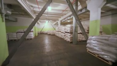 Sacks with corn grits for beer — Stock Video