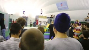 Spectators watch contestants at competition — Stock Video