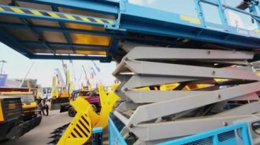 Folding mechanism of industrial mobile elevator — Stock Video