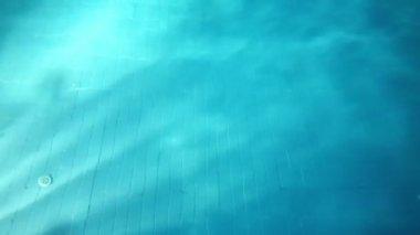 Pojke i poolen — Stockvideo