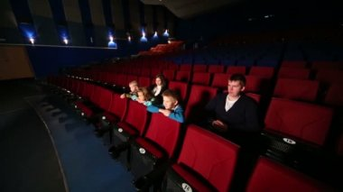 Family in large empty cinema hall — Stock Video