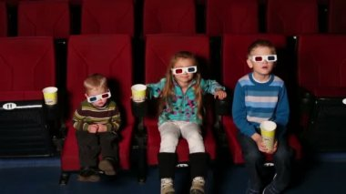 Girl and two boys with popcorn — Vidéo