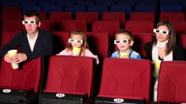 Family resting together in 3D cinema — Stock Video