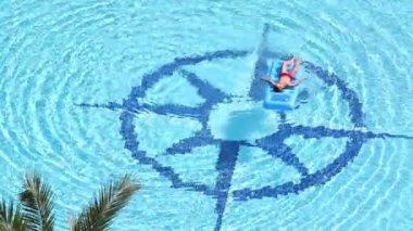 Çocuk şişme şişme Havuzda yüzen — Stok video