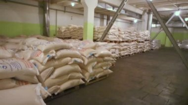 Sacks of corn grits for beer — Stock Video