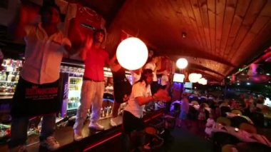 Barmen dance on bar at night in restaurant — Stock Video