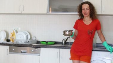Cute housewife stays in kitchen — Stock Video