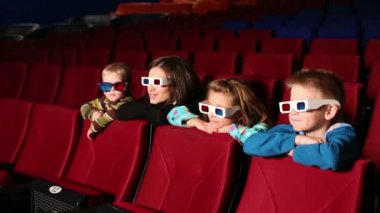 Woman with boys and girl in 3D glasses — Stock Video