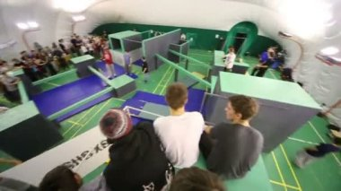 Spectators and contestants in parkour park — Stock Video
