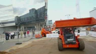 Locust loader unloads sand — Stock Video