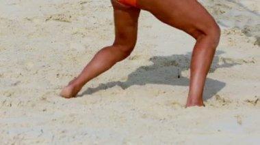Legs of sportswoman plays beach volleyball — Vídeo de stock