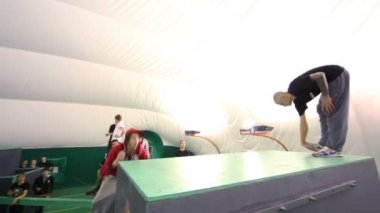 Free-runner performs complicated jump — Stock Video