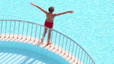 Boy takes sunbath on separating ledge — Stock Video