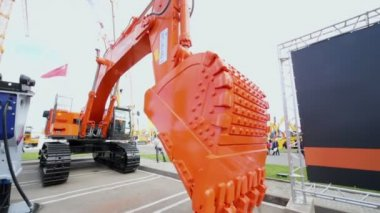 Hitachi excavator shows its abilities — Stock Video