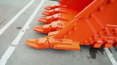 Balde laranja move perto asfalto sujo — Vídeo stock