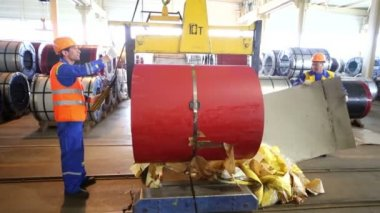 Workers transport metal coil in workshop — Stock Video