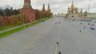 People walk by Vasilevsky descent near Kremlin — Stock Video