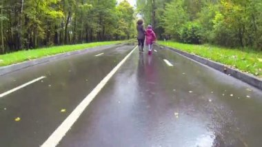 Mother and daughter running in park — Stock Video