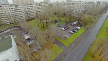 City traffic near dwelling houses — Stock Video