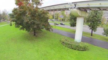 テレビ塔近くのレール上を移動するモノレール — ストックビデオ