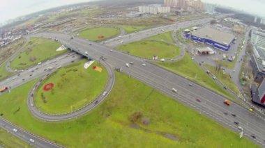 Auto's rijden door Shchelkovskaya viaduct in Moskou — Stockvideo