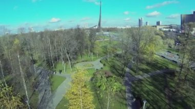 Park near Obelisk Conquerors of Space — Stock Video
