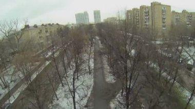 Viale con traffico al giorno di inverno — Video Stock