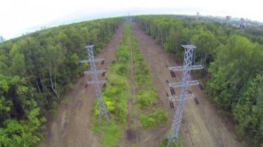 Line of power transmission towers — Vidéo