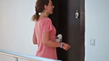 Mom rings doorbell in apartment — Stock Video