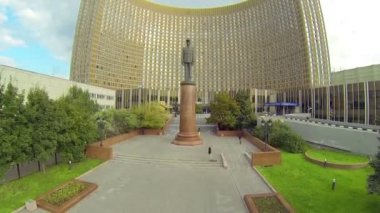 Hotel Cosmos with statue of Charles de Gaulle — Stock Video