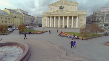 Tourists walk by square near edifice of Bolshoy Theater — Stock Video