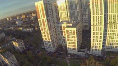 Boning komplexa upplyst av solljus på Höstkväll i Moskva — Stockvideo
