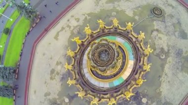 Top view of fountain with golden statues, above view — Stock Video