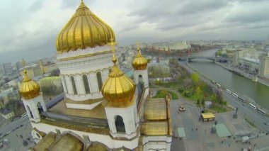 Edifice with golden cupolas of Christ the Saviour Cathedral — Стоковое видео