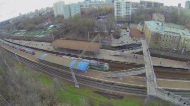 Trem de passeio de empresa Rzd através da estação ferroviária em dia de outono — Vídeo stock