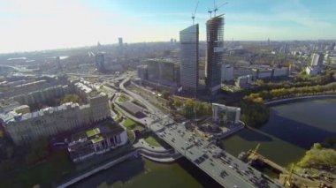 Transport traffic on Dorogomilovskiy road bridge — Stock Video