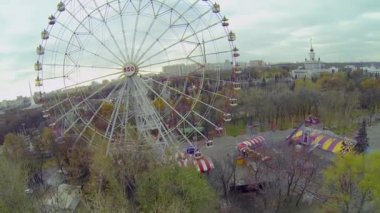 Ferris wheel at park — Stock Video