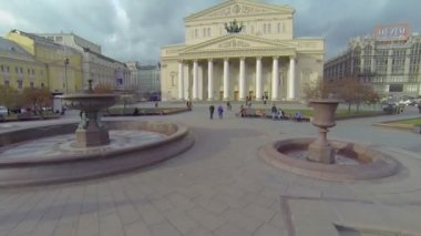 Citizens walk by square near edifice of Bolshoy Theater — Stock Video