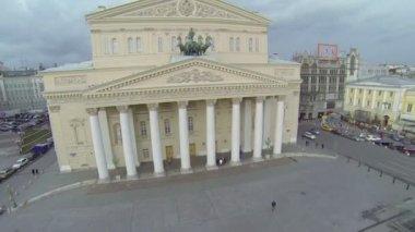 Traffic near edifice of Bolshoy Theater — Stock Video