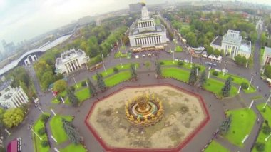 Big square with fountain with golden statues, above view — Stock Video