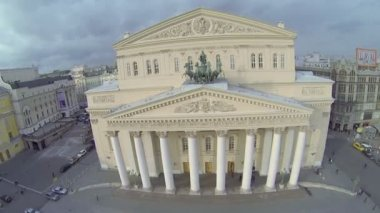 Sculpture of chariot on pediment of edifice of Bolshoy Theater — Stock Video
