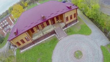 Wooden house with magenta roof near Palace — Vídeo stock