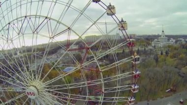 Ferris wheel at park — Stock Video
