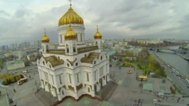 Golden cupolas of Christ the Saviour Cathedral — Стоковое видео
