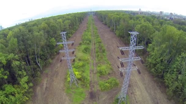 Line of power transmission towers — Vídeo de stock
