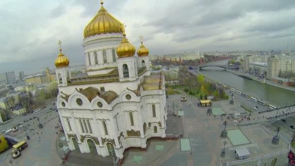 Tourists walk near Christ the Saviour Cathedral — Vidéo