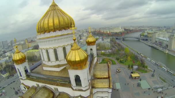 Edifice with golden cupolas of Christ the Saviour Cathedral — Vidéo