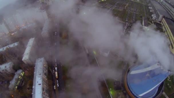 Planta de energía tubo de graduación emitir vapor que fluye por encima de casas — Vídeo de stock