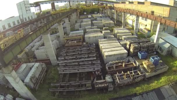 Warehouse full of steel and concrete construction materials — Vídeo de stock
